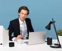 Uomo in ufficio con espressione seria vestito elegantemente